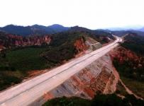 航拍德庆第一条高速公路!离通车不远了,广佛肇德庆段进入路面基层施工